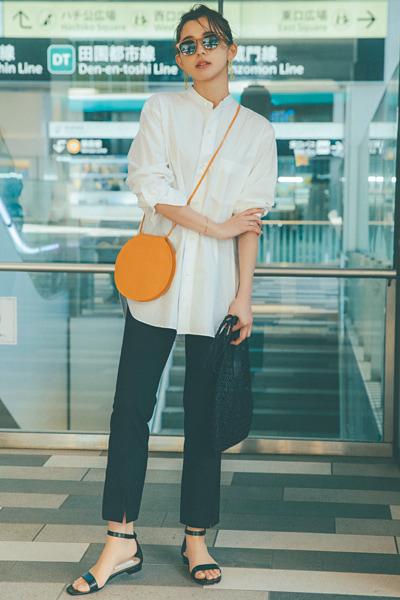 【4】オレンジショルダーバッグ×白シャツ×黒パンツ