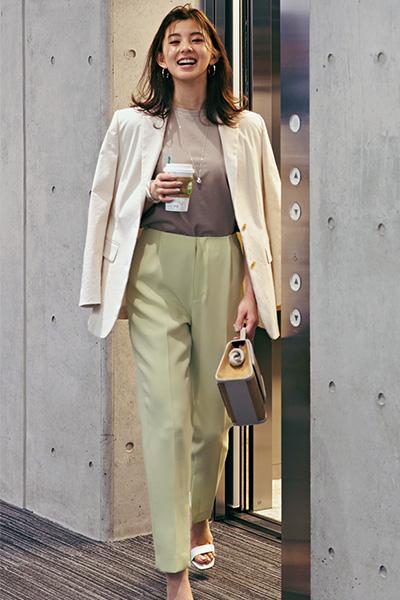 ベージュTシャツ×きれい色パンツ×白ジャケット