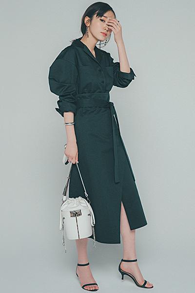 黒ジャケット×黒フレアスカート