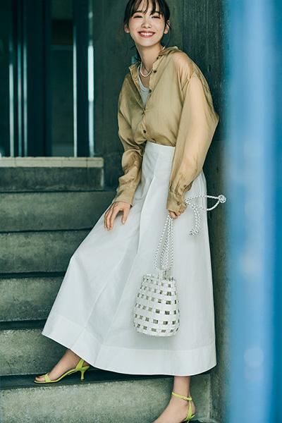 白ロングスカート×ベージュシャツ