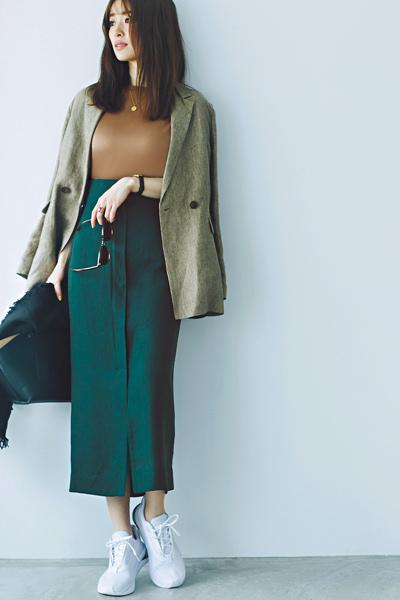 白スニーカー×ブラウンTシャツ×ジャケット×グリーンスカート
