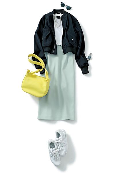 白スニーカー×ブルータイトスカート×黒ブルゾン