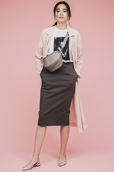 ロゴTシャツ×ペンシルスカート×ピンクコート