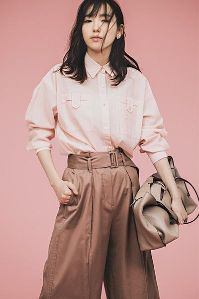 ピンクシャツ×ブラウンワイドパンツ