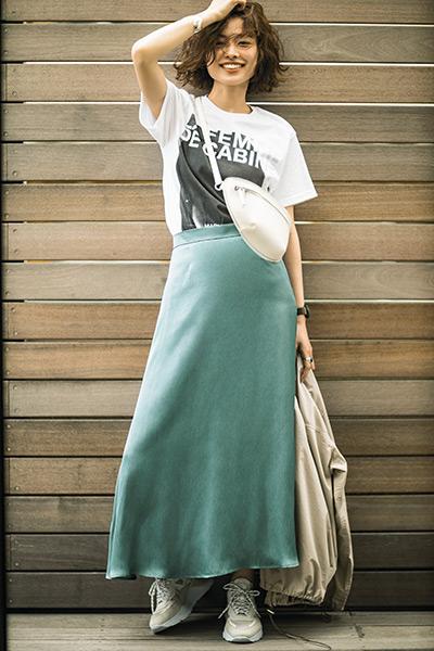 グリーンロングスカート×白フォトTシャツ