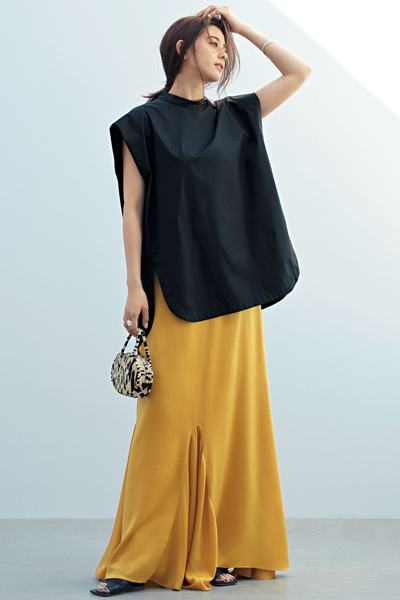 黒ブラウス×イエローロングスカート