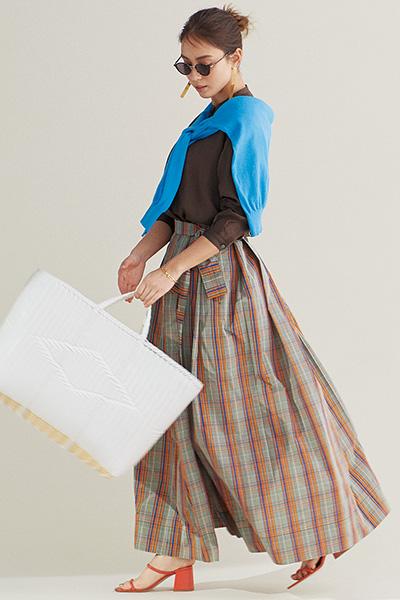 ドラマティックなチェックのフレアスカート