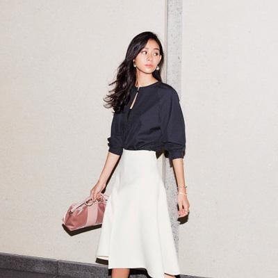 白スカート×ネイビートップス×ピンク