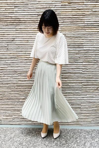 【2】白パンプス×ライトグレープリーツスカート×ドットブラウス