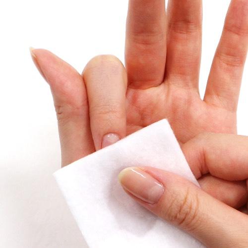 消毒用エタノールなどで整えた爪の余分な油分やダストを除き、ジェルの密着を良くする。