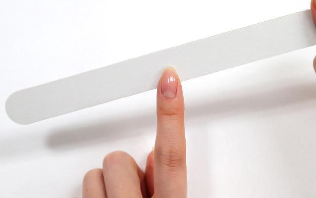 エメリーボードで爪の形を整える。