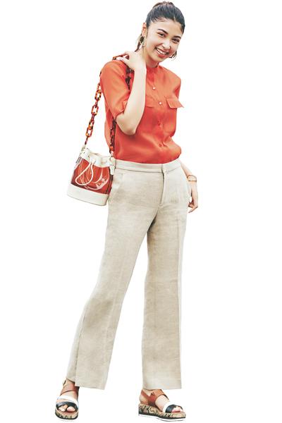 ベージュワイドパンツ×オレンジシャツ