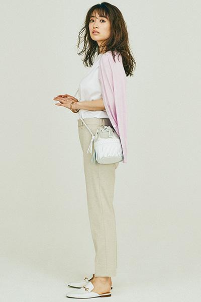 白フレンチスリーブTシャツ×ベージュパンツ