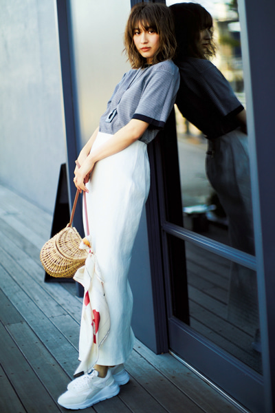 ボーダーニット×白ロングタイトスカート