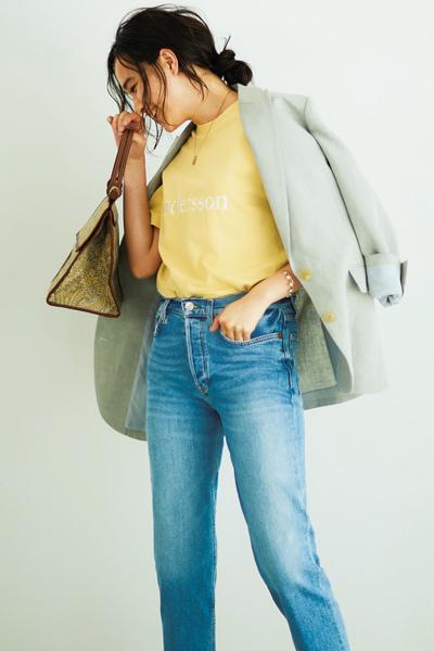 ライトグリーンジャケット×イエローロゴTシャツ×デニム
