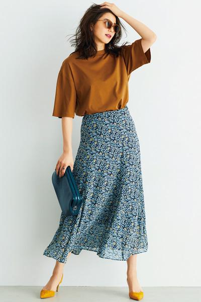花柄ブルーフレアスカート×キャメルTシャツ