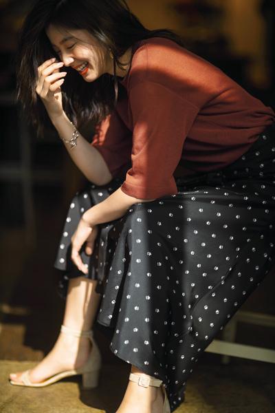 赤カットソー×小花柄の黒フレアスカート