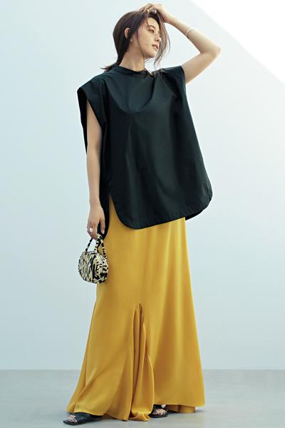 黒ブラウス×イエローフレアスカート