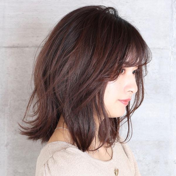 フェミニンな髪型にする
