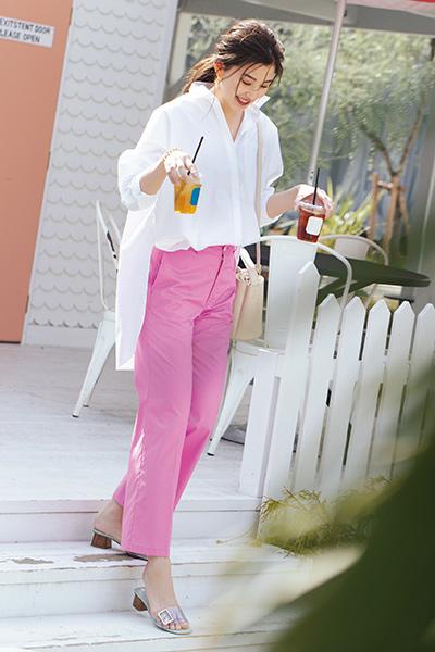白シャツコーデだけど実はピンクパンツが主役