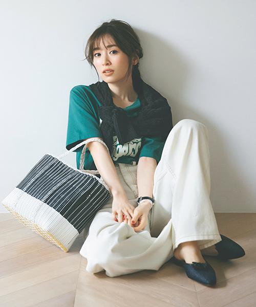 グリーンTシャツ×白パンツ×黒ニット