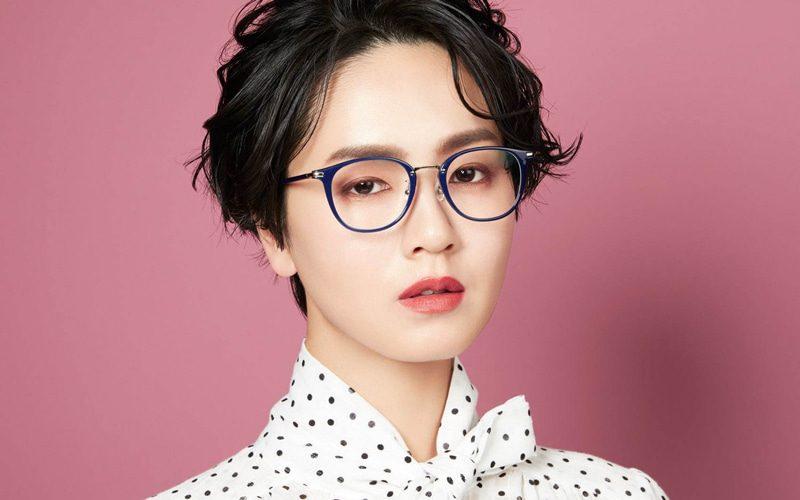 ネイビーフレーム眼鏡×ウエーブショートヘア