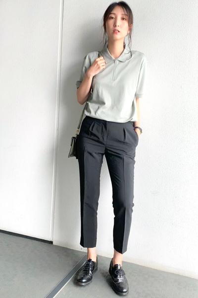 くすみグリーンポロシャツ×黒パンツ