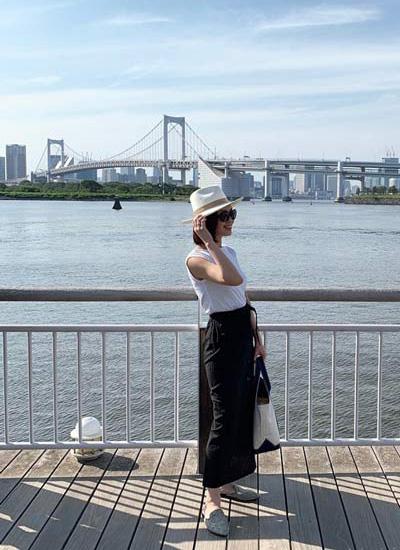 白ハット×白タンクトップ×黒スカート