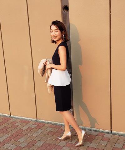 黒ドレス系ぺプラムワンピース×ゴールドパンプス