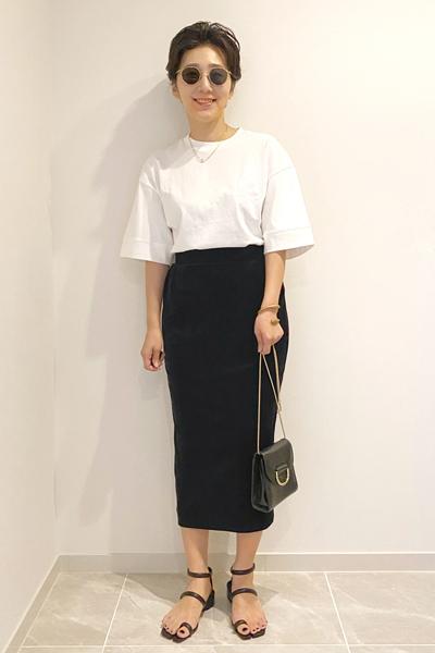 メゾン マルジェラの靴×白Tシャツ×黒タイトスカート