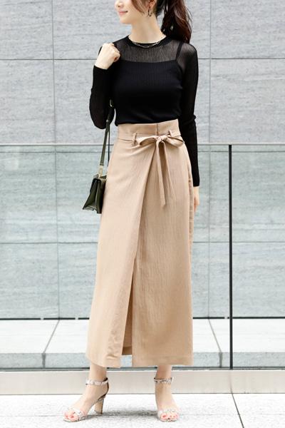 黒シアーニット×ベージュロングスカート