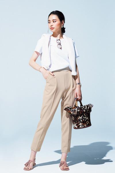 白Tシャツ×きれいめベージュパンツコーデ