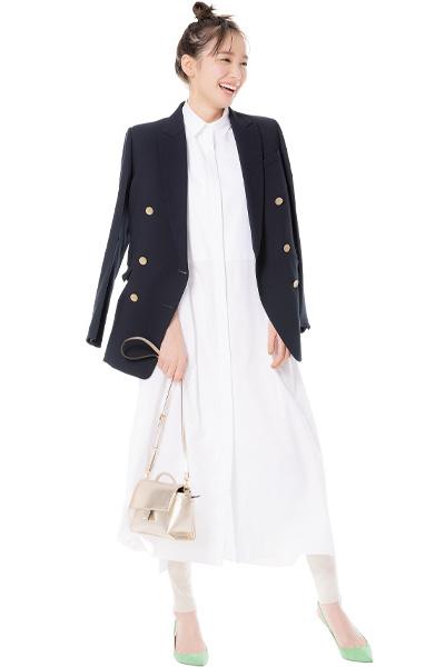 白シャツワンピース×黒テーラードジャケット