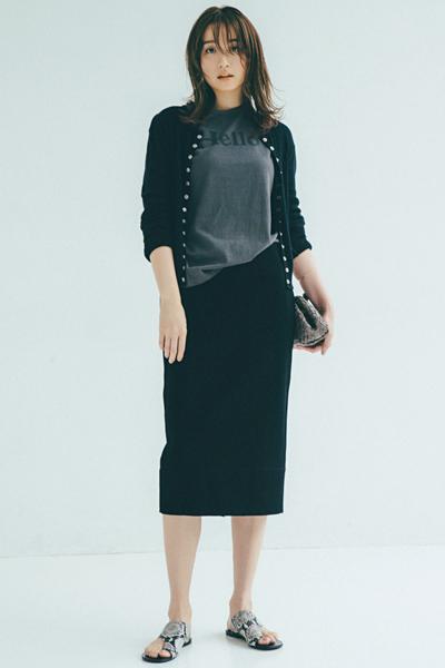 カーディガンに並ぶスナップボタンが印象的なタイトスカートコーデ