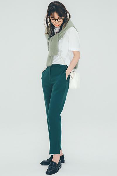 白Tシャツ×グリーンパンツ×淡グリーンニット