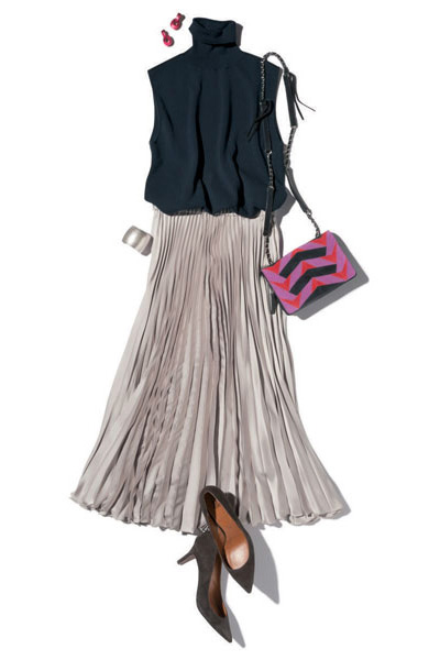 黒パンプス×グレーロングプリーツスカート
