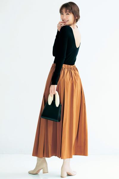 黒ニット×キャメルフレアスカート