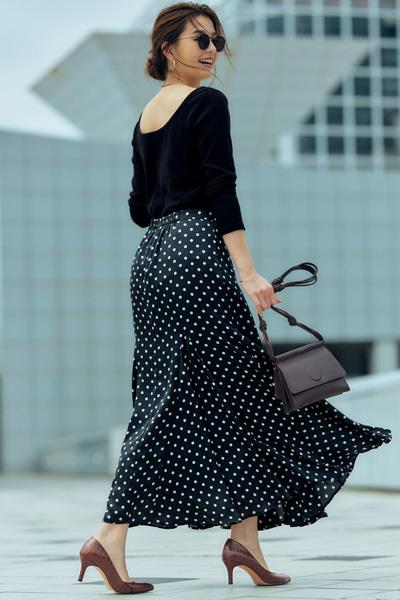 ブラウンパンプス×黒カットソー×黒ロングスカート