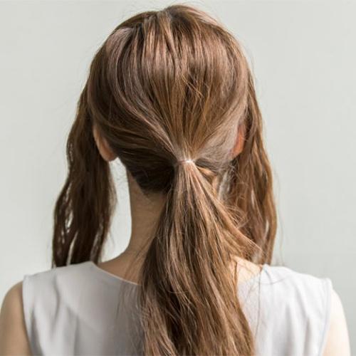 ボリュームのない髪が華やかになるひとつ結び