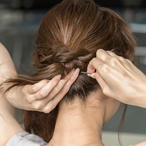 結んでねじって留めるだけ! ボリュームの少ない髪も簡単にうまくまとまる