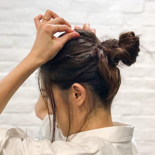 スクリューピンでいつものまとめ髪をワンランク上のスタイルに