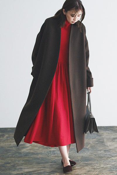 茶色バレエシューズ×赤ワンピース×茶色コート