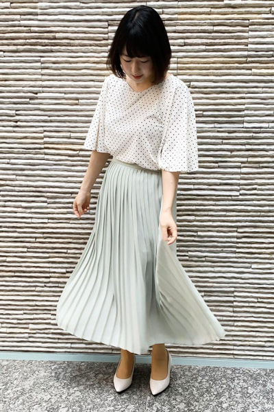 グレープリーツスカート×白ブラウス
