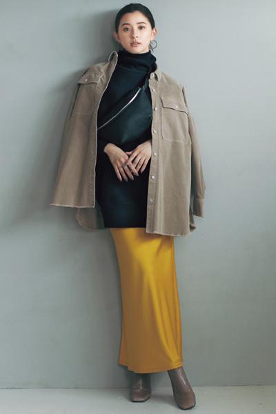 茶色ブーツ×イエロータイトスカート×黒ニット