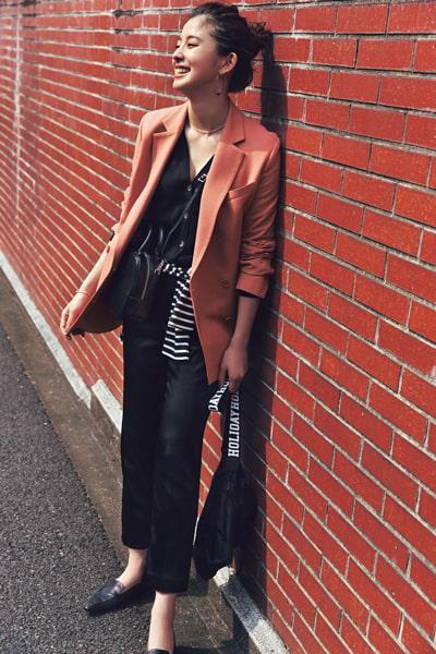 黒カーディガン×黒パンツ×きれい色ジャケット