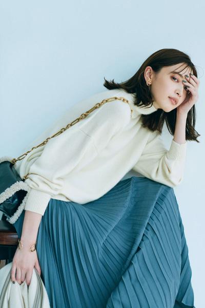ボリューム袖ニット×プリーツスカートの美シルエットコーデ