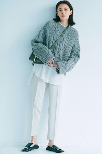 白シャツ×グレーセーター×白パンツ