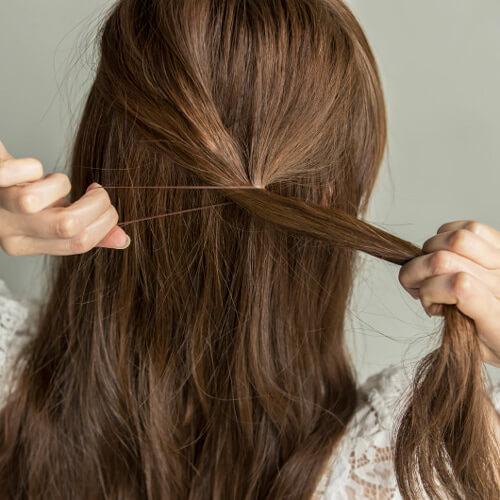 ベースを軽く巻いてから、ハーフアップの感じでトップの髪を後ろの右サイド寄りに結ぶ。