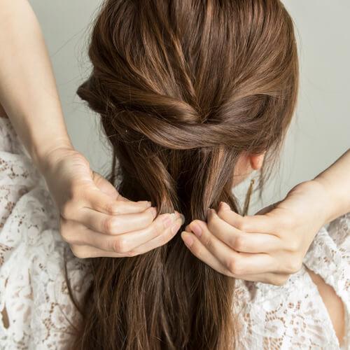 くるりんぱした少し下の髪を取り、次は左サイド寄りにくるりんぱ。右、左、右・・と毛先までくるりんぱを繰り返す。