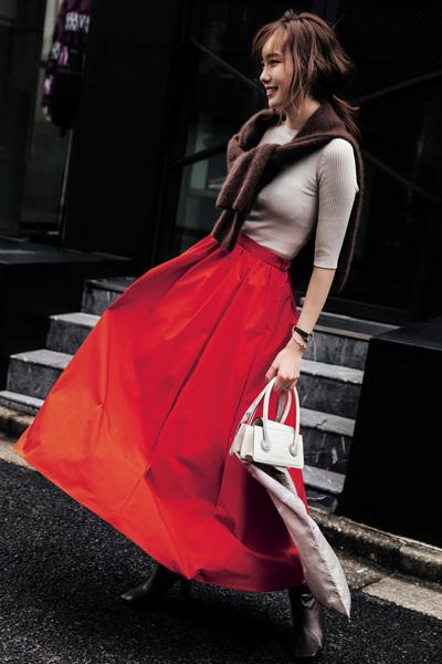茶色ブーツ×赤フレアスカート×ベージュニット